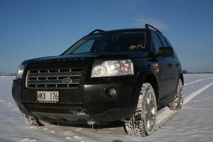 Bilen är bra vid körning i snö. En påkörningsvinkel på 31 grader gör att det ska till stora drivor för att stoppa denna Freelander.