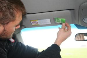 På solskyddet sitter en liten ficka för biljetter så man vet var man har den när man närmar sig färjan.