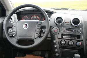Nedanför växelspaken finns en knapp för vinterkörning. Bilen anpassar sig då för mer isigt och halt underlag.