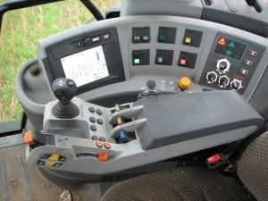 Den steglösa transmissionen regleras med den korta spaken med orange topp i höger armstöd.