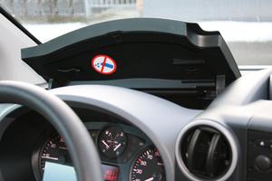 Bilen har en enkel och användarvänlig instrumentpanel. Med en separat knapp framme vid växelspaken låser man upp skåpet.