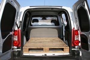 Bilen har ett bra lastutrymme med plats för två lastpallar. Tröskelhöjden från marken upp till lastgolvet är låg och mättes till 56 centimeter.
