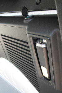 I skåpet finns en uppladdningsbar ficklampa för att underlätta vid lastning. Det sitter även ett eluttag precis bredvid om man vill ansluta något elektriskt i skåpet.
