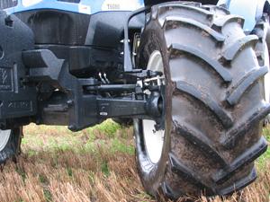 Provtraktorn har super steer, New Hollands system för snäv vändradie. Tyvärr går det inte att kombinera med fjädring på framaxeln.