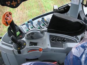 Alla reglage till höger sitter placerade på ett bra sätt. Vill man inte ha de mekaniska spakarna till yttre hydraulik går det att köpa traktorn med elventiler.