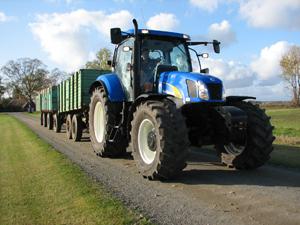 New Holland T6080 är med sitt nittonde powershiftsteg, då traktorn når toppfarten 42 km/h redan vid 1 900 rpm, en bra transporttraktor.