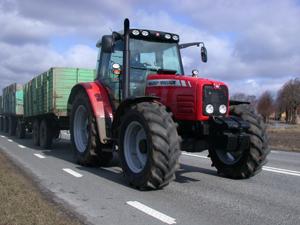 De tre vagnarna väger 17 ton med last. Massey Ferguson 5470 Dyna-4 är en mycket bra transporttraktor tack vare växelanpassningen i poweshiften när föraren växlar i gruppen.