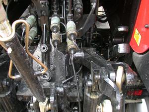 Traktorn har en praktisk hållare till den del, jordbruksdrag eller lyftdragkrok, som för närvarande ej används. Höjd under upplyft krok eller drag är 41 cm.