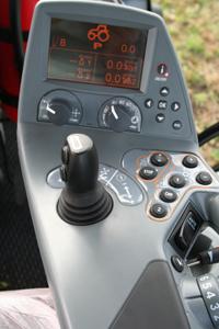 I höger armstöd finns det viktigaste samlat. I displayen ser man just nu information om motorvarvtal och hastighet men den används även för inställningar av exempelvis hydraulik.