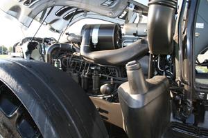 Motorn är tillverkad av Sisu i Finland, vilket ingår i Agco, liksom Valtra. Det är en sexcylindrig motor på 7,4 liter med laddluftskylare och turbo.