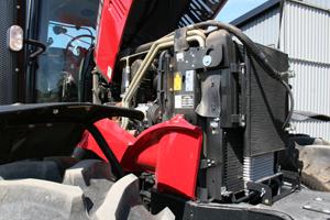 Motorhuven öppnas i framkant och fälls rakt upp. Tyvärr blir det en sidoplåt kvar på varje sida. Helt onödigt.