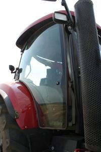 Det är ingen dörr på höger sida, men man kan öppna hela sidan som ett fönster och haka fast med en decimeters springa. Bra om man vill ha in damm i traktorn!