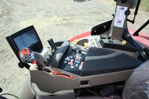 Nya Puma CVX följer gängse Case IH design med kromad körspak. Reglage och knappar är mycket bra placerade.