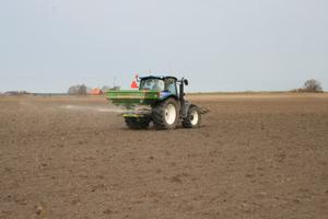 När priset på grödorna sjunker blir den optimala gödselgivan lägre och efterfrågan på gödning sjunker. Det bör innebära att det inte blir någon prisuppgång på gödning den närmsta tiden.