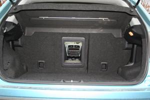 Genom en liten lucka i baksätet kan man till exempel lätt lasta ett par skidor inne i bilen.