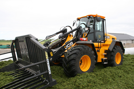 JCB 435S Agri är en högpresterande lastmaskin. Med lockup på alla växlar blir maskinen stark och snål.