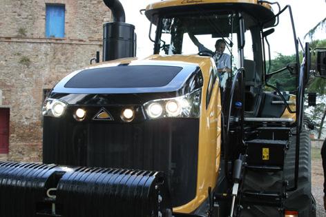 Motorhuven är nydesignad med integrerade lampor och arbetsbelysningen är numera av LED-typ.
