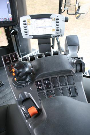 I höger armstöd finns alla nödvändiga reglage för att manövrera traktorn. Tyvärr är inte monitorn en pekskärm, men ändå ISOBUS-kompatibel.