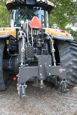 Trepunkten bak kan svängas hydrauliskt från höger till vänster och vice versa, vilket minskar belastning på redskap och traktor avsevärt vid vändning. Det kan även minska vändradien med upp till 25 procent.