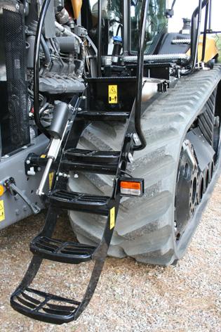 Stegen fälls upp automatiskt med ett ställdon när traktorn läggs i växel. På vägen upp till hytten finns två förvaringslådor, varav en är en verktygslåda.