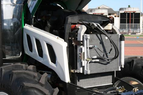 Motorhuven öppnas i fronten och lyfts rakt upp på gasdämpare, men eftersom det blir kvar en stor plåt på varje sida kommer man inte åt något ändå.