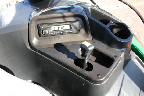 Till höger om föraren, radio, kraftuttagsväxel och en del praktiska förvaringsfack och hållare för dricka.