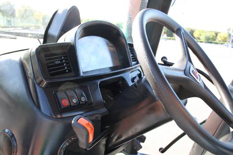 Kopplingsfri fram/back, hängande pedaler och bra placerade luftutsläpp är positiva egenskaper på Lovol 5000.