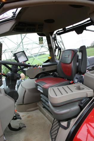 Hytten är trevlig med tre olika stolsalternativ och takfönster. Passagerarsätet kan fällas ner till ett praktiskt bord.