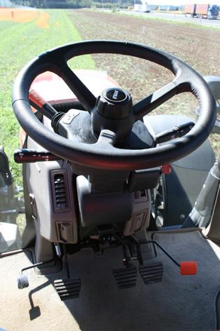Ratten av läder är skön att hålla i. På en traktor i denna storlek där man hoppar in och ut relativt många gånger per dag, tycker vi att man bör justera rattvinkel med en golvpedal i stället för med en spak i knähöjd under rattkonsolen. Avgasbromsen sitter till vänster om frikopplingen.