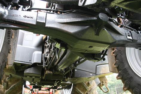 Traktorn är relativt slät undertill med ledningarna dragna på sidorna av ramen.