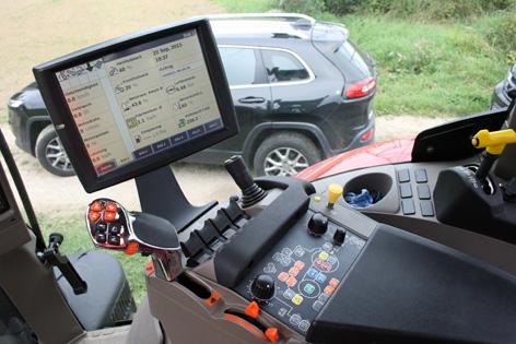 Armstödet till höger hyser alla viktiga reglage för manövrering av traktorn. Det är lätt att göra inställningar, tack vare genvägsknappar placerade på en avbildad traktor. Nytt är att man kan välja vilka hydrauluttag som ska kunna manövreras via knapparna i körspaken och joysticken till höger. Det går att justera aggressiviteten på vändväxeln.