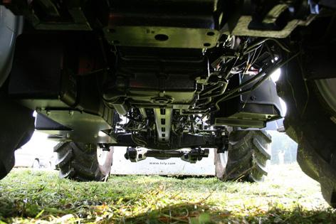 Traktorn har en hel del rör och slangar dragna undertill, men ändå inget som hänger ner längre än själva ramen.