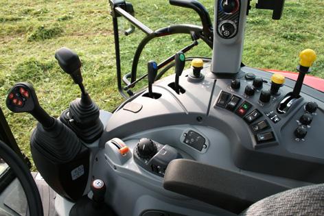 Till höger sitter reglagen väl samlade. Huvudväxelspaken kallas för Multicontroller och hyser knappar för flera funktioner på traktorn. Lastarspaken bredvid är mekanisk och styr traktorns mittmonterade ventiler.