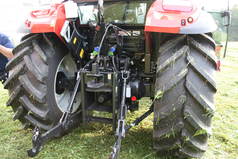 Traktorn kan fås med upp till tre dubbelverkande hydrauluttag bak med egen oljekrets på 64 minutliter. Trepunkten lyfter 3 700 kg.
