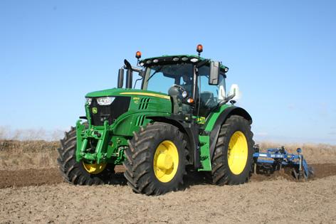 John Deere 6155R är en mellanklasstraktor passande likväl för tung jordbearbetning, som för växtskyddsarbete. Vid transport- och kraftuttagsarbete utvecklar motorn som mest 202 hästkrafter, vilket gör den till relativt liten traktor med stor effekt.